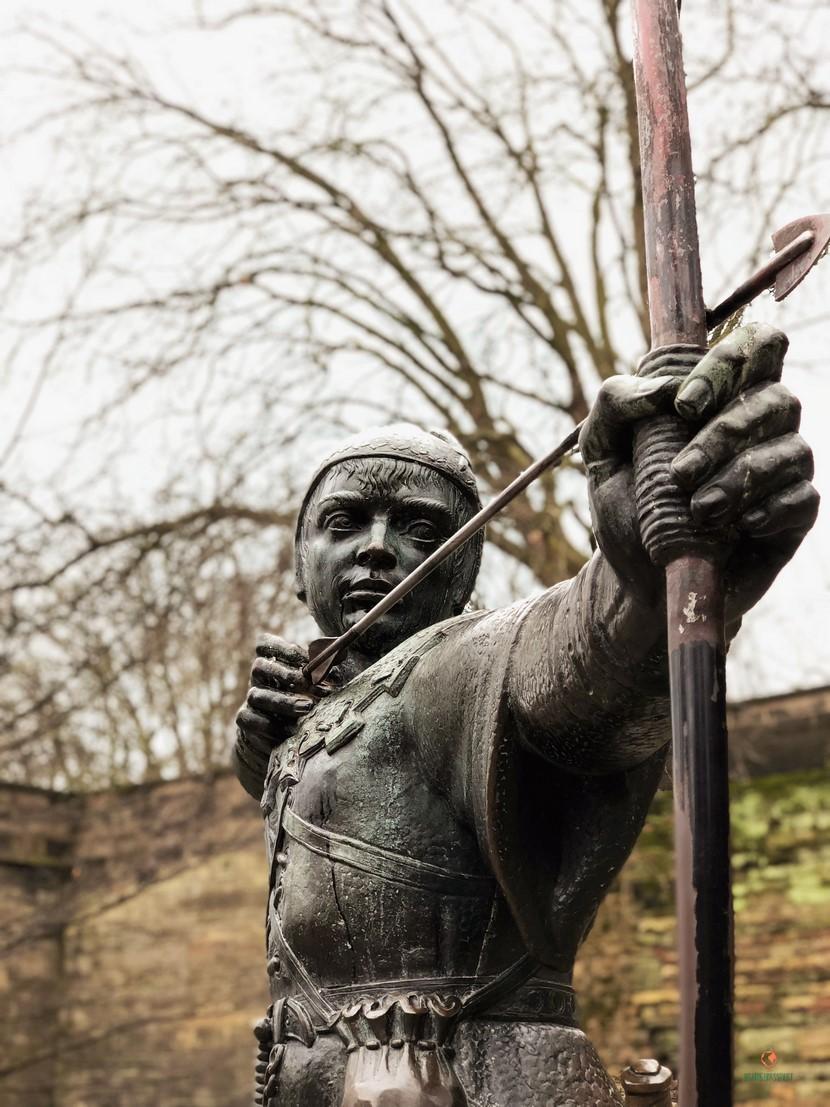 Frente al castillo, la estatua de Robin Hood.